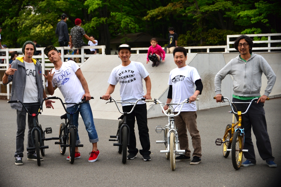 Rolling with the old school crew at Komazawa park. I only met a few of the 'over 30's' club. These guys still shred!